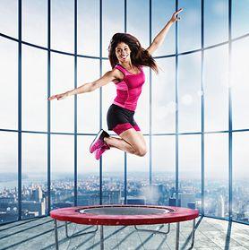 Ćwiczysz na trampolinie? To może się dla ciebie źle skończyć