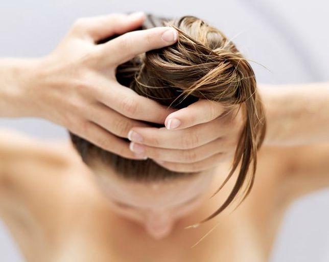 Zdrowa skóra głowy to zdrowe włosy. Jak o nią dbać?