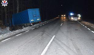Ciężarówka zjechała z drogi do rowu i uderzyła w drzewo