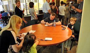Polacy stoją w kolejce po paszporty. Wiele urzędów pęka w szwach