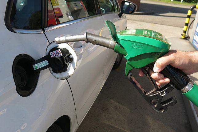 Łatwo sprawdzisz, z której strony jest wlew paliwa. Pokazuje to strzałka