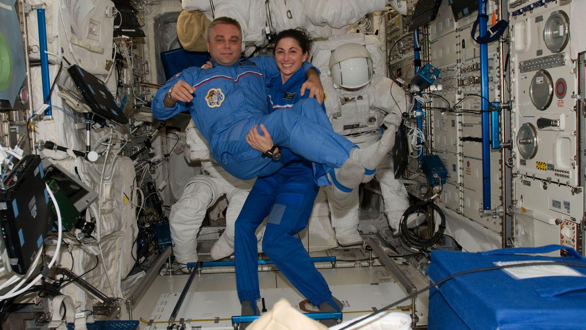 Nicole Stott z kolegą z misji. Grawitacji brak, więc jest lekki jak piórko