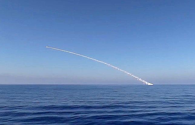 Zdjęcie wystrzału pocisku z okrętu podwodnego, udostępnione przez ministerstwo obrony Rosji