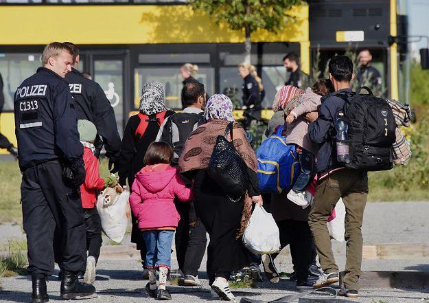 Niemiecka policja asystuje grupie imigrantów