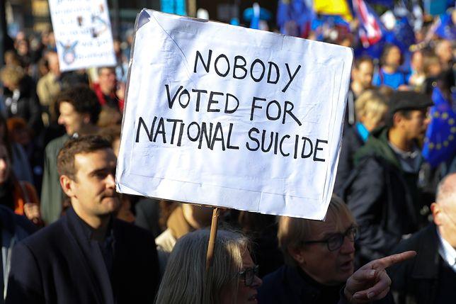 Przeciwnicy brexitu wciąż mają nadzieję na odwrócenie wyników referendum. W sobotę potężny marsz zwolenników powtórnego głosowania przeszedł przez Londyn