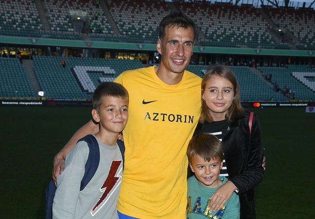Oliwia Bieniuk z tatą i braćmi