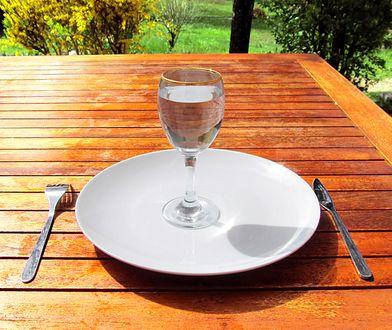 Podczas głodówki leczniczej należy pić bardzo dużo wody.
