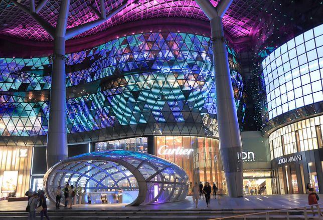 Orchard Road czyli najlepsza ulica zakupowa w Singapurze i całej Azji, budynek ze szkła, kolorowe światła