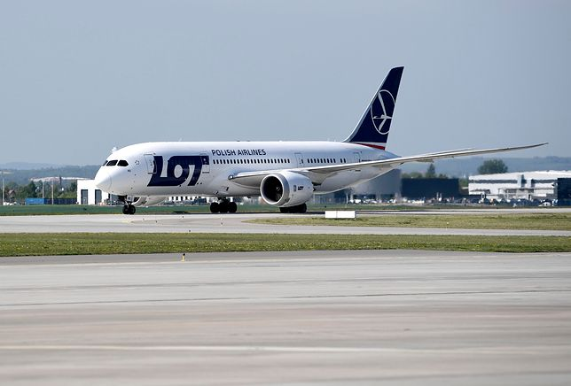 Samolot zawrócił nad Uralem i wrócił do Polski. Problemy z silnikiem