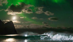 Lofoty – tak się surfuje wśród świateł zorzy polarnej