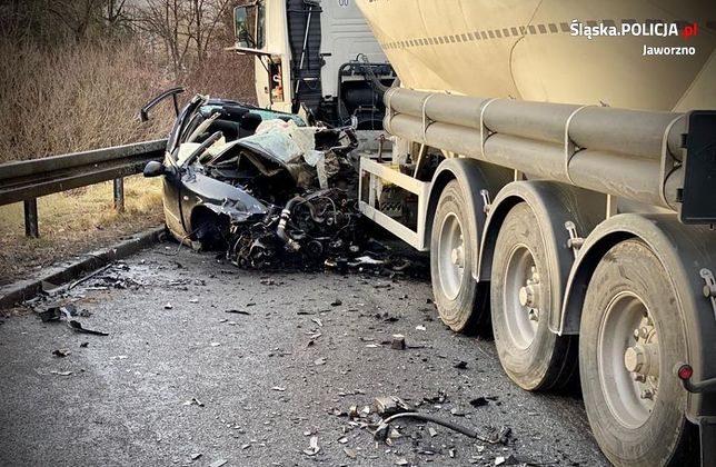 Śląsk. Kierująca seatem 27-letnia mieszkanka Jaworzna poniosła śmierć na miejscu.