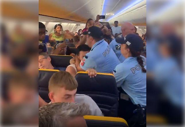 Brutalna interwencja policji. Pasażer miał popchnąć stewardesę