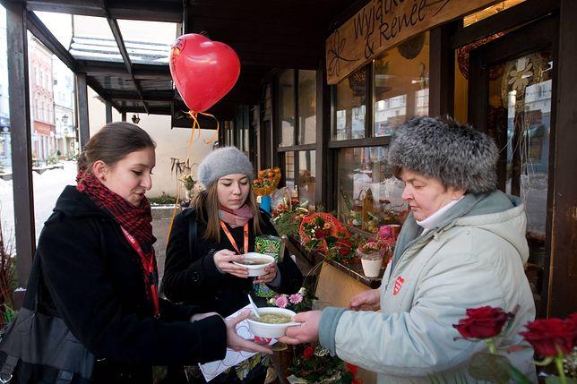 Radna pomaga potrzebującym od lat. W 2009 r. rozdawała przed swoją kwiaciarnią ciepłą zupę i kanapki wolontariuszom Wielkiej Orkiestry Świątecznej Pomocy.