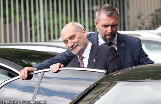 Antoni Macierewicz choć jest szeregowym posłem nadal korzysta z ochrony