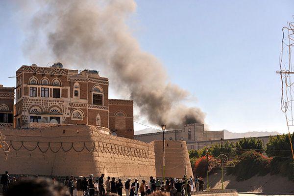 Dym unoszący się z kompleksu ministerstwa