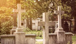 Baligród. 25-latek wyciągnął trumnę z grobu. Chciał zobaczyć w jakim stanie są szczątki.