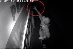 Wandal zniszczył kiosk na warszawskiej Woli. Nagrały go kamery monitoringu