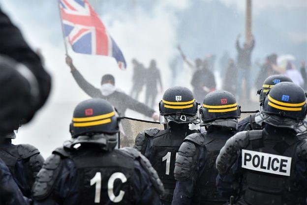 Francja: starcia w Calais w czasie nielegalnej manifestacji. W ruch poszły kamienie, trzech policjantów rannych
