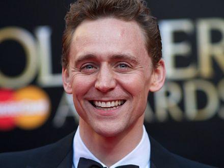 Posłuchaj, jak Tom Hiddleston śpiewa country