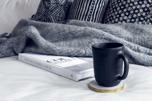 Ciepły koc i dobra książka to doskonała alternatywa na jesień