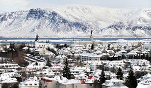 Miasto jest przykryte warstwą śniegu, wieje także silny wiatr