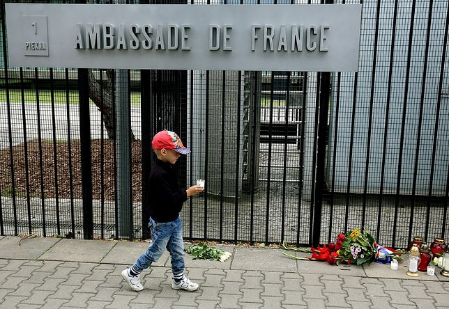 Zamach w Nicei. Warszawiacy oddają hołd pod ambasadą Francji [ZDJĘCIA]