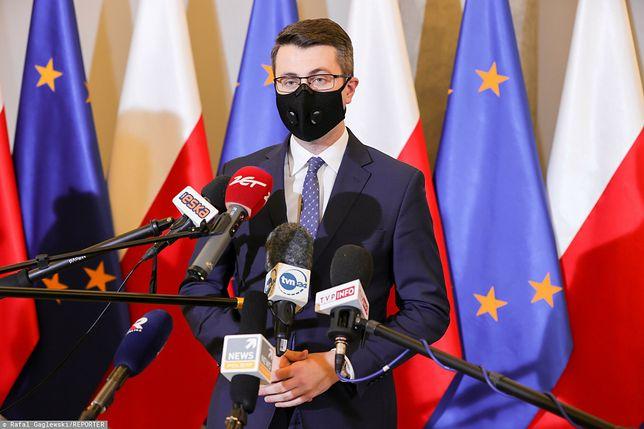 Godzina policyjna ws. sylwestra 2020. Piotr Mueller o obostrzeniu