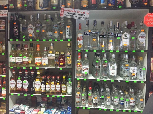 Według PIH w małych sklepach spożywczych sprzedaż alkoholu stanowi 20 proc. obrotów i właśnie późnym wieczorem zapewnia największy zysk.