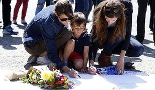 Zamach w Nicei. Ludzie urządzili śmietnik w miejscu śmierci terrorysty