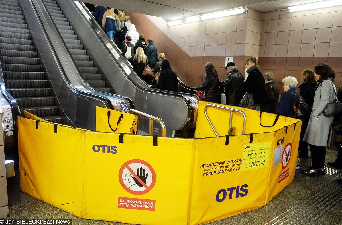 Awaria ruchomych schodów w warszawskim metrze. Wiadomo, co zawiniło
