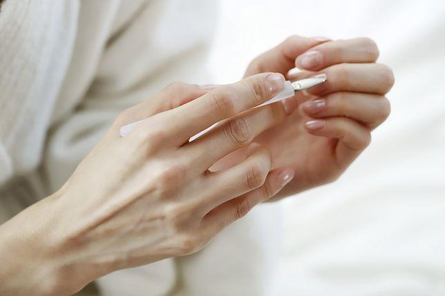Olejek rycynowy na paznokcie pomoże w szybszym usunięciu skórek.