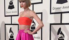 Taylor Swift w kreacji Versace na rozdaniu nagród Grammy