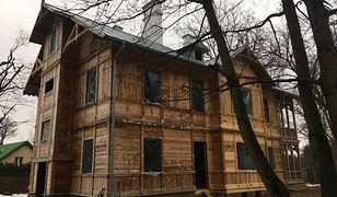 Warszawa. Zakończono prace przy elewacjach drewniaka na Białołęce