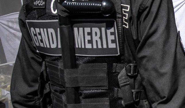 Uzbrojony mężczyzna na ulicy francuskiego miasteczka. Alarm w regionie