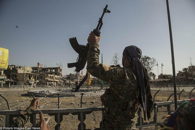 Żołnierz sił koalicji w centrum Rakki, gdzie islamiści dokonywali publicznych egzekucji