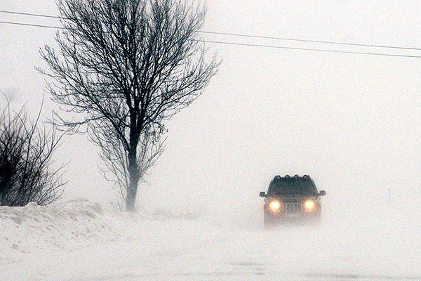 Zima nie odpuszcza, 60 tys. osób bez prądu