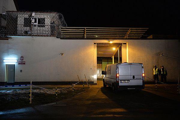 Więźniarka wjeżdża na teren Zakładu Karnego w Rzeszowie-Załężu