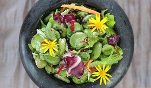 Sałata ze świeżym groszkiem, bobem i liśćmi ogórecznika