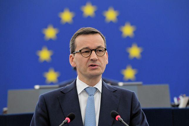 """Premier Morawiecki miał skrócić spotkanie przez napisy """"konstytucja"""". """"Przestraszył się kobiet w koszulkach"""""""