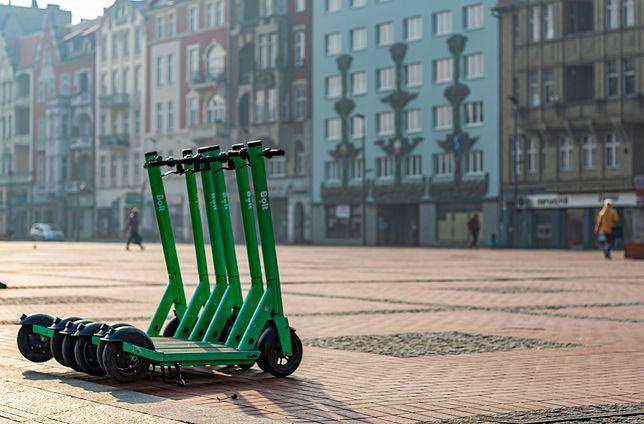 Śląskie. Na ulicach Bytomia pojawiły się wypożyczalnie elektrycznych hulajnóg Bolt.