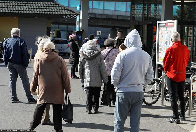 Ludzie czekający w kolejce przed jednym ze sklepów.