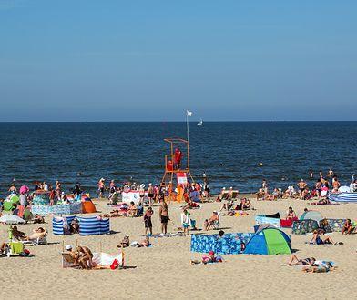 Wakacje 2021. Parawany, disco-polo i kiepy - czyli co denerwuje Polaków na plażach