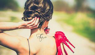 Delikatne tatuaże damskie często zdobią kark