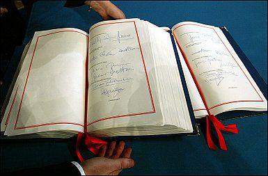 29 października, Rzym. Księga z podpisami europejskich przywódców przedstawiona na zakończenie ceremonii podpisania Traktatu Konstytucyjnego Unii Europejskiej.
