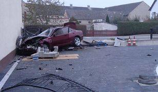Jechał samochodem, ale twierdzi, że nim nie kierował. 20-latek rozbił auto i zniszczył ogrodzenie