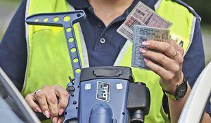 Policjant nie będzie już musiał zatrzymać prawa jazdy. Stan wyższej konieczności uratuje dokument