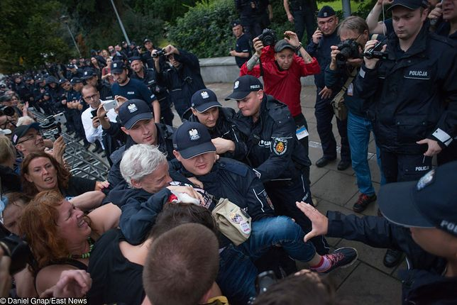Czterech demonstrantów sprzed Sejmu usłyszało zarzuty
