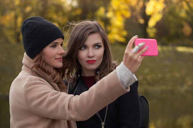 Odpowiednie kosmetyki pomogą nam wyglądać naturalnie i ładnie na selfie