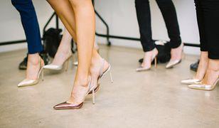 Buty z metalicznym połyskiem świetnie prezentują się z casualowymi ubraniami