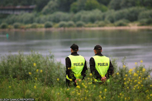 Policja uznała, że Szymon był pijany i utonął. Dlaczego wcześniej starannie złożył ubranie?